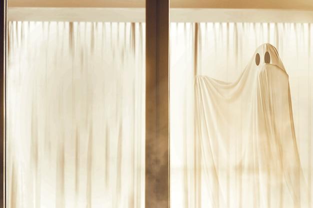 Biały Duch Nawiedza Opuszczony Dom Koncepcja Halloween Premium Zdjęcia