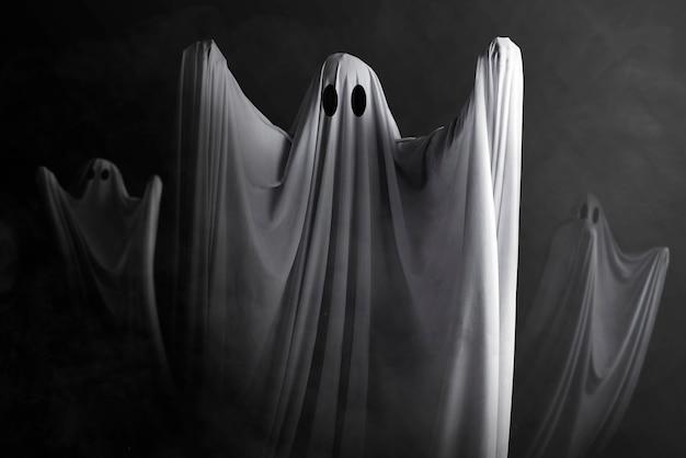Biały Duch Nawiedzający Ciemną ścianę. Koncepcja Halloween Premium Zdjęcia