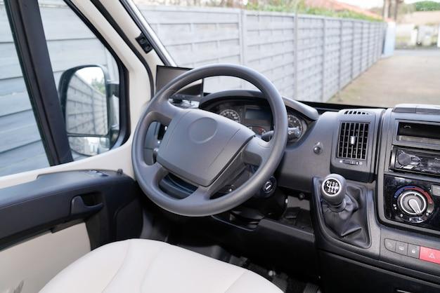 Biały Fotel Kierowcy, Deska Rozdzielcza, Czarny Uchwyt Skrzyni Biegów Premium Zdjęcia