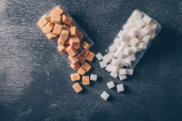 Biały I Brązowy Cukier W Szklankach Wodnych Leżał Płasko Darmowe Zdjęcia