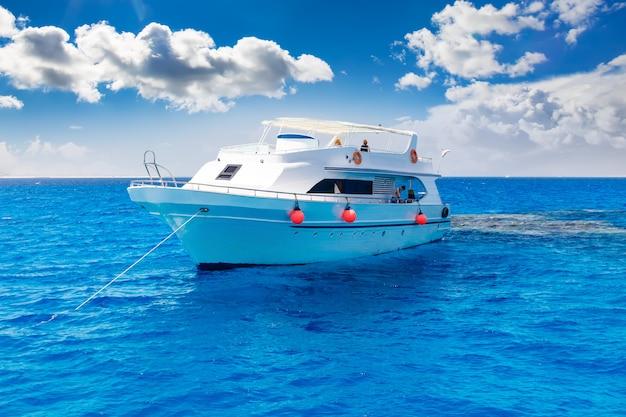 Biały Jacht W Błękitnym Tropikalnym Morzu Premium Zdjęcia
