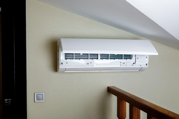 Biały Klimatyzator Split Na ścianie. Zbliżenie Obrazu Premium Zdjęcia