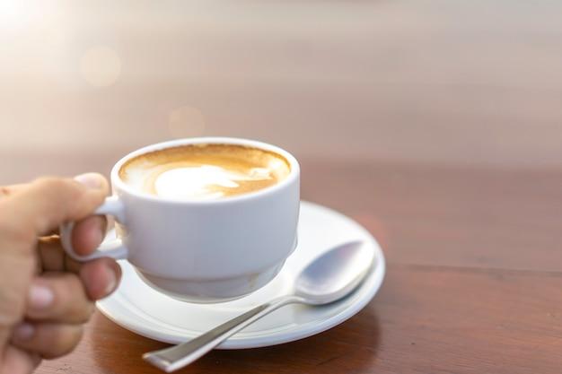 Biały Kubek Z Gorącym Latte W Kawiarni. Premium Zdjęcia