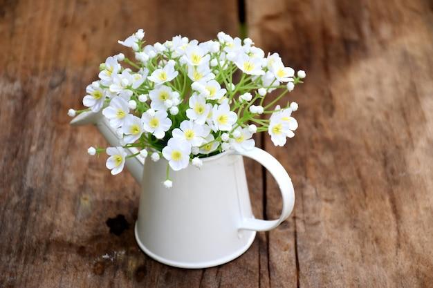 Biały Mini Kwiat W Wazonie Na Stół Z Drewna Zdjęcie