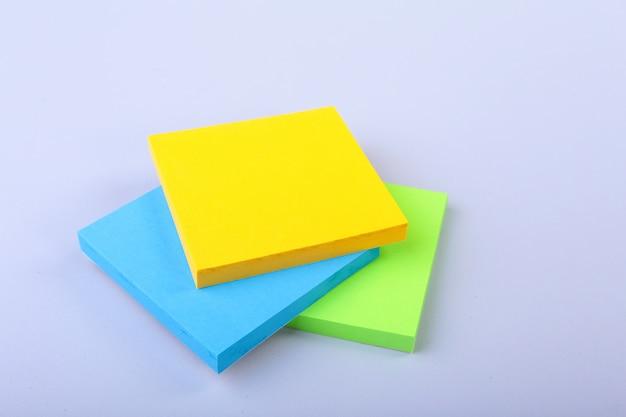 Biały notatnik z kolorowymi karteczkami samoprzylepnymi Premium Zdjęcia