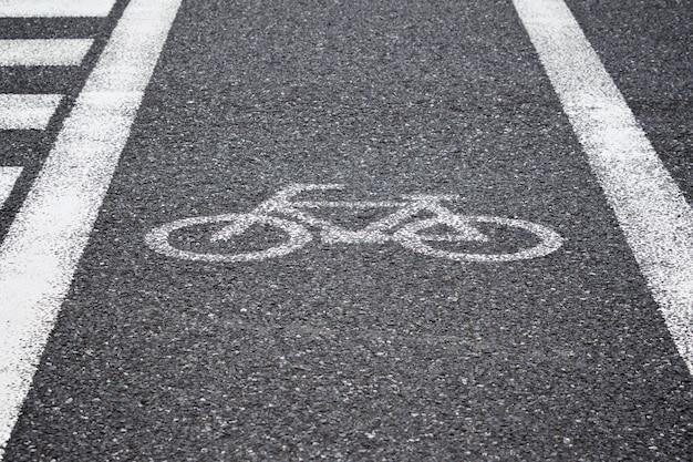 Biały Odblaskowy Malowany Znak Rowerowy, ścieżka Rowerowa Na Drodze Do Przejścia Dla Pieszych Premium Zdjęcia