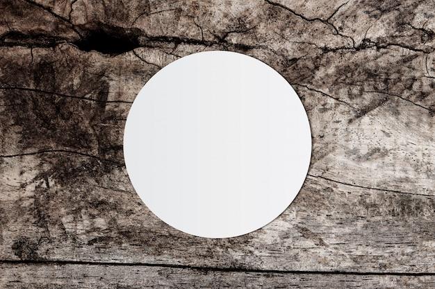 Biały okrąg papier i miejsce na tekst na starym drewnianym tle Premium Zdjęcia