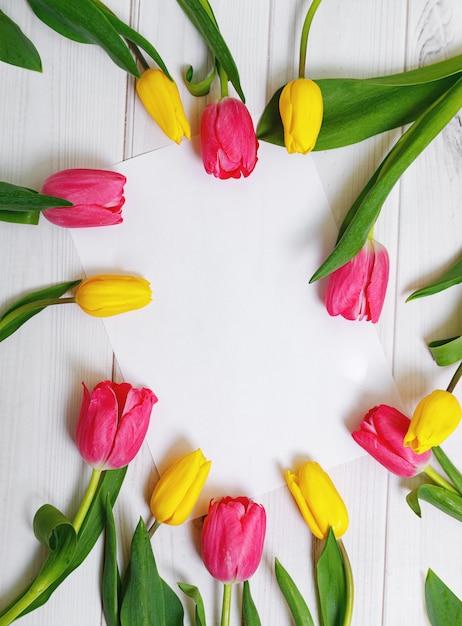 Biały Papier Do Tekstu I Bukiet Kolorów Tulipanów Na Drewniane Tła. Premium Zdjęcia