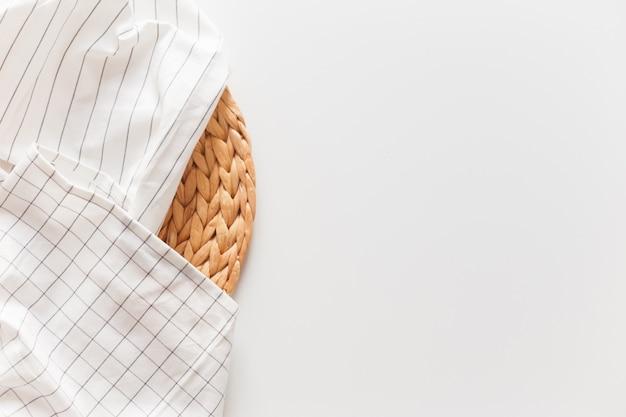 Biały Pasiasty I W Kratkę Obrus I łozinowy Podkładka Odizolowywający Na Bielu Premium Zdjęcia