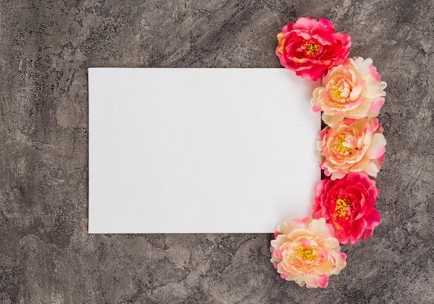 Biały prześcieradło papier na szarym tle. piony w pobliżu Premium Zdjęcia