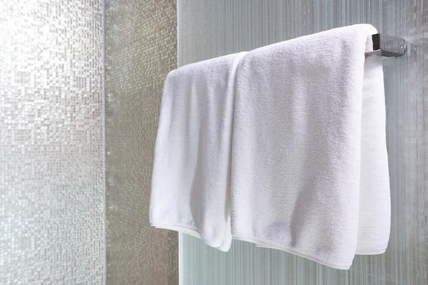 Biały ręcznik na wieszaku przygotowany do użycia Premium Zdjęcia