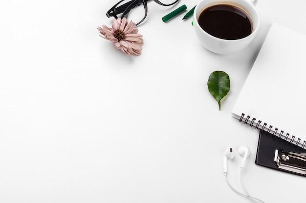 Biały stół biurowy, biznes i koncepcja edukacji. tło z copyspace Premium Zdjęcia