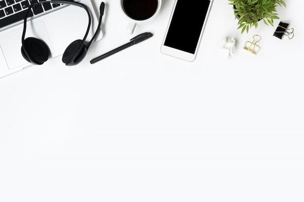 Biały Stół Biurowy Z Dostawami. Widok Z Góry Z Przestrzenią Kopii, Płaski Układ. Premium Zdjęcia