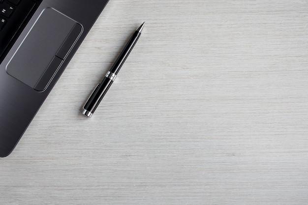 Biały stół biurowy z laptopem i piórem. widok z góry tło z lato. obszar roboczy na stole. koncepcja pracy i biura Premium Zdjęcia