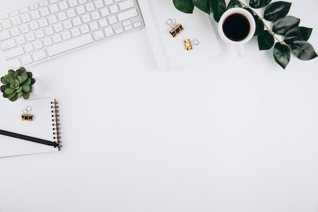 Biały Stół Roboczy Biurka Z Materiałami Biurowymi Premium Zdjęcia