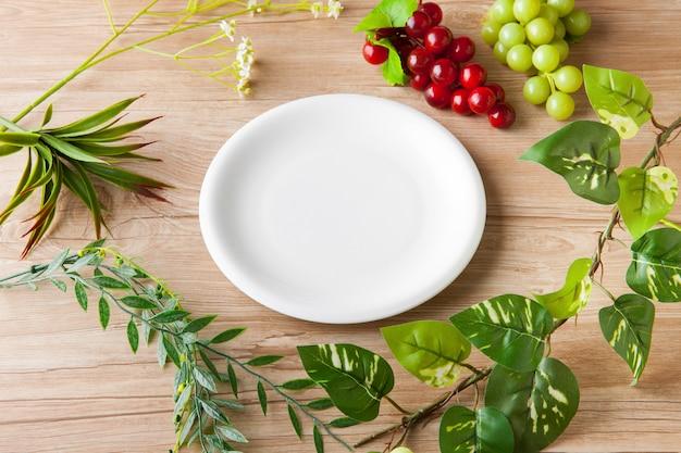 Biały Talerz I Obraz Organiczny Premium Zdjęcia