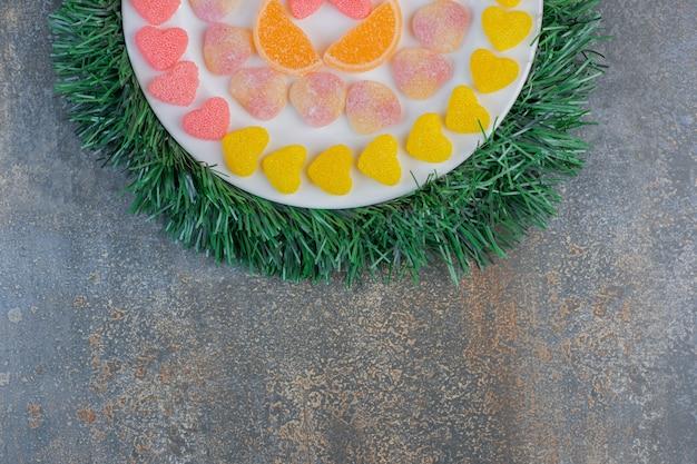 Biały Talerz Pełen Różnych Soczystych Kolorowych Galaretek. Wysokiej Jakości Zdjęcie Darmowe Zdjęcia