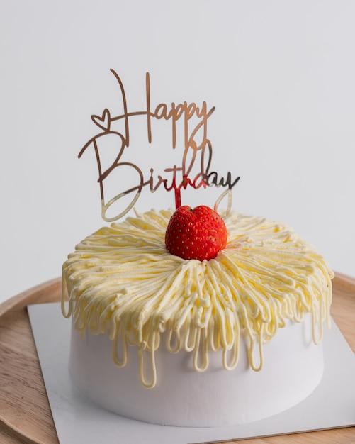 Biały Tort Urodzinowy Na Jasnoszarym Tle Rocznicy Koncepcji żywności. Premium Zdjęcia