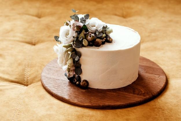 Biały Tort Weselny Ozdobiony Kwiatami Eustoma I Eukaliptusa. Miejsce Na Tekst. Premium Zdjęcia