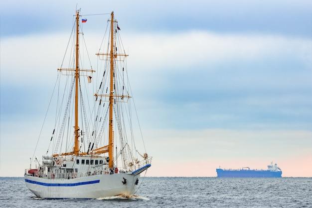 Biały żaglowiec Wypływający Z Morza Bałtyckiego W Europie Premium Zdjęcia