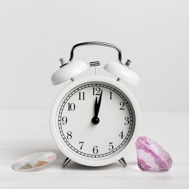 Biały Zegar Z Pięknymi Muszelkami Darmowe Zdjęcia