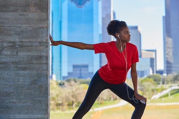 Biegacz Dziewczyna Rozciąga Słuchające Muzyczne Słuchawki Premium Zdjęcia
