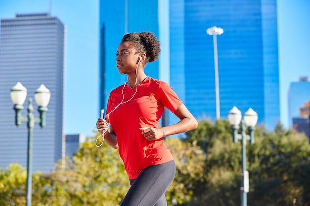 Biegacz Dziewczyny Działające Słuchające Muzyczne Słuchawki Premium Zdjęcia