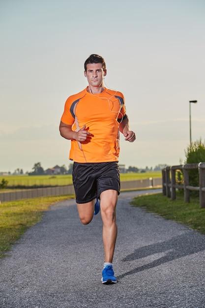 Biegnący mężczyzna Premium Zdjęcia