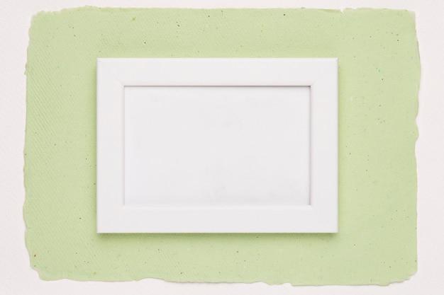 Biel pusta rama na zielonego papieru tle Darmowe Zdjęcia