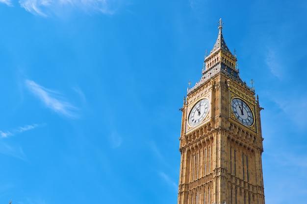 Big ben clock tower w londynie, w wielkiej brytanii, w jasny dzień Premium Zdjęcia