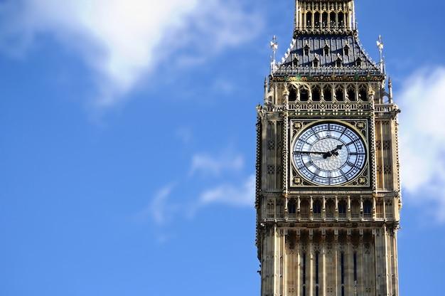 Big ben w londyn z niebieskiego nieba tłem Premium Zdjęcia