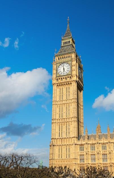 Big ben wierza w londyn na słonecznym dniu Premium Zdjęcia