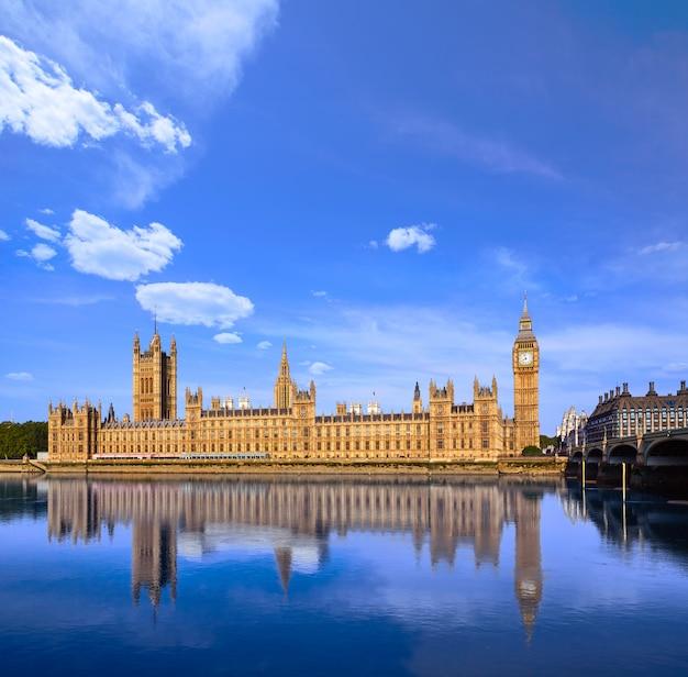 Big ben zegarowy wierza i thames rzeka londyn Premium Zdjęcia
