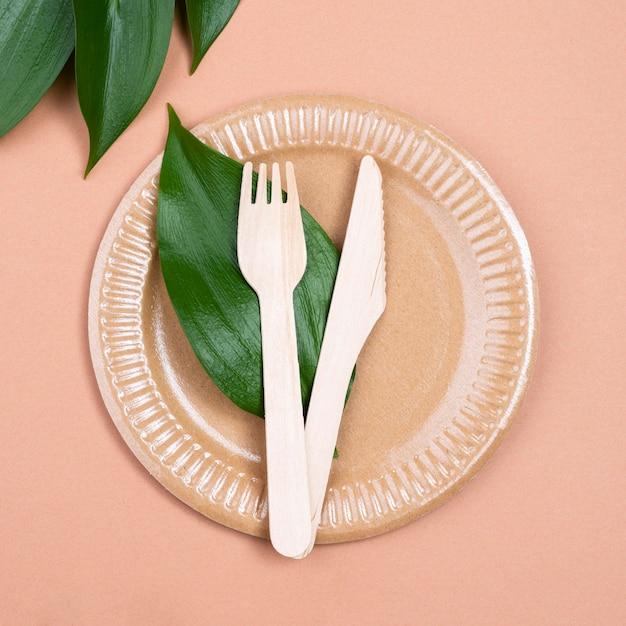 Biodegradowalne Sztućce I Liść Na Talerzu Premium Zdjęcia
