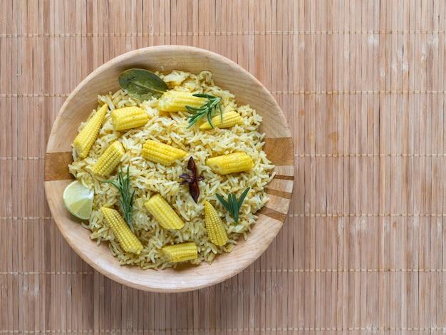Biryani Z Kukurydzą. Pikantny Ryż Kukurydziany Dla Dzieci. Indyjskie Jedzenie Premium Zdjęcia