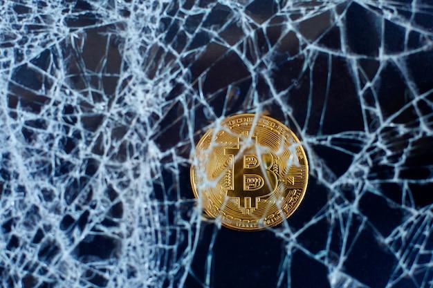 Bitcoin i popękane szkło. upadek bitcoinów. crash collapse Premium Zdjęcia