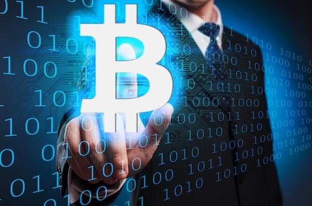 Bitcoin Mężczyzna W Garniturze I Krawacie Klika Palec Wskazujący Na Wirtualnym Ekranie. Premium Zdjęcia