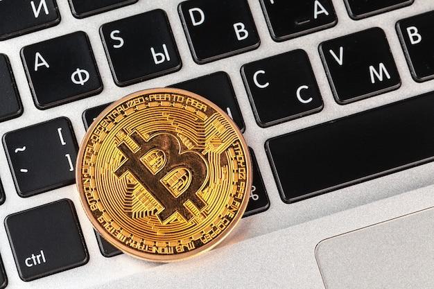 Bitcoin na klawiaturze laptopa Premium Zdjęcia