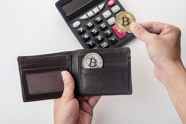 Bitcoin w portfelu, biały tło Premium Zdjęcia
