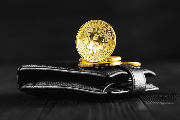 Bitcoin z dolarem na torebce Premium Zdjęcia