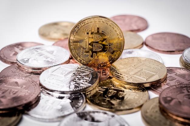 Bitcoin. Złoty Bitcoin Odizolowywający Na Białym Tle. Premium Zdjęcia