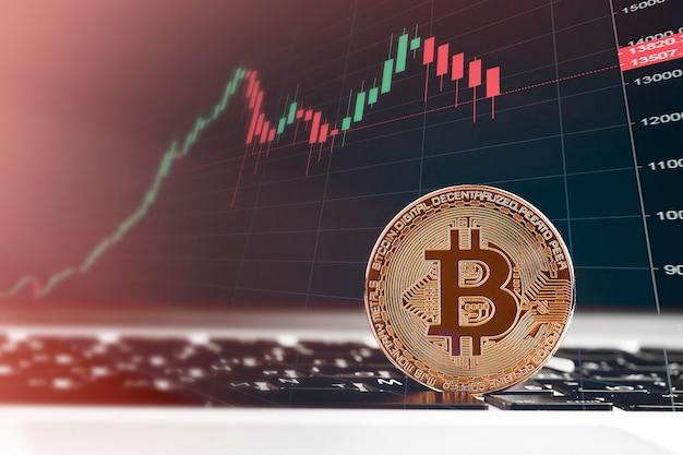 Bitcoiny i nowa koncepcja wirtualnych pieniędzy. złote bitcoiny ze świecą trzymać wykres wykres i cyfrowe tło Premium Zdjęcia