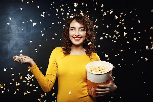 Bitwa Popcornu. Przyjaciele Zabawy W Domu Party Rzucanie Popcornu Darmowe Zdjęcia