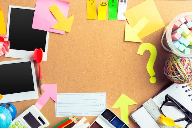 Biurko Artysty Z Dużą Ilością Przedmiotów Piśmiennych Z Copyspace Premium Zdjęcia
