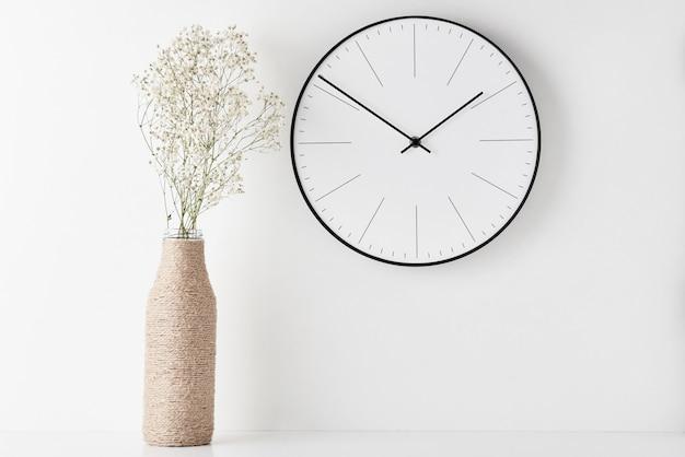 Biurko minimalne miejsce do pracy w biurze domowym z zegarem ściennym Premium Zdjęcia