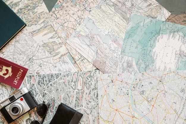 Biurko Z Mapami I Artykułami Turystycznymi Darmowe Zdjęcia