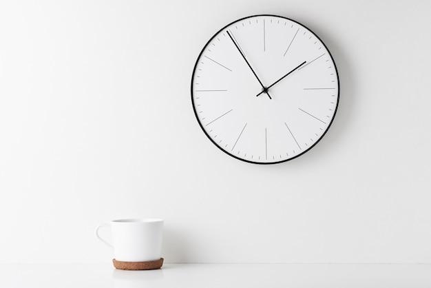 Biurko Z Minimalnym Obszarem Roboczym Do Domu I Zegarem ściennym Premium Zdjęcia