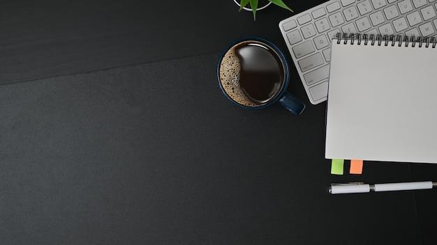 Biurko z notatnikiem, klawiaturą i filiżanką kawy Premium Zdjęcia