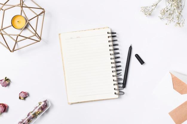 Biurko z różnymi elementami Darmowe Zdjęcia
