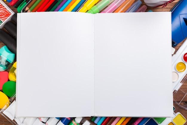 Biurko zaśmiecone materiałami biurowymi Premium Zdjęcia